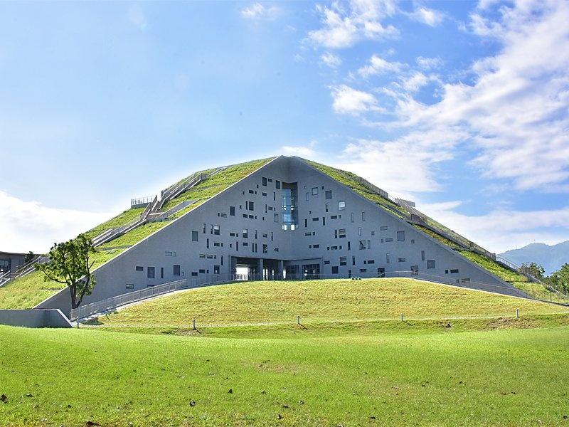 台東大學圖書館融合周邊山海地景,獨特造型獲獎無數。 圖/台東大學提供