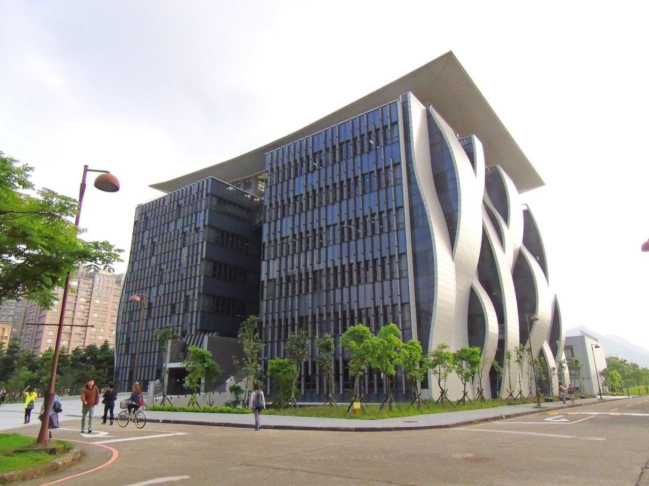 台北大學圖書館以鶯歌陶瓷打造弧線外觀。 聯合報系資料照/記者邱榆蕙攝影