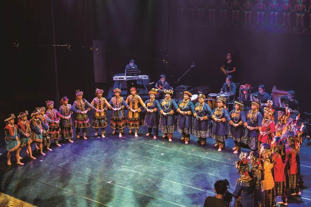 由屏東縣泰武鄉泰武國小學生組成的「泰武古謠傳唱」,是台灣當前最具國際知名度的排灣古調演唱團體,近日獲邀於3月中前往「澳洲阿雷德藝術祭」及「紐西蘭藝術季」兩大國際盛事進行表演。圖:屏東縣政府/提供