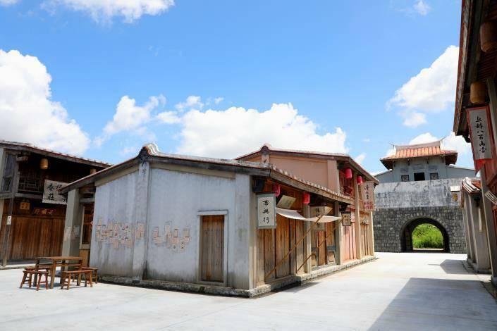 台南市長黃偉哲開箱公視《斯卡羅》位在台南岸內糖廠影視基地內的拍攝場景台灣府城,9月初也將推出小旅行,首次開放民眾參觀。(圖由台南市政府提供)