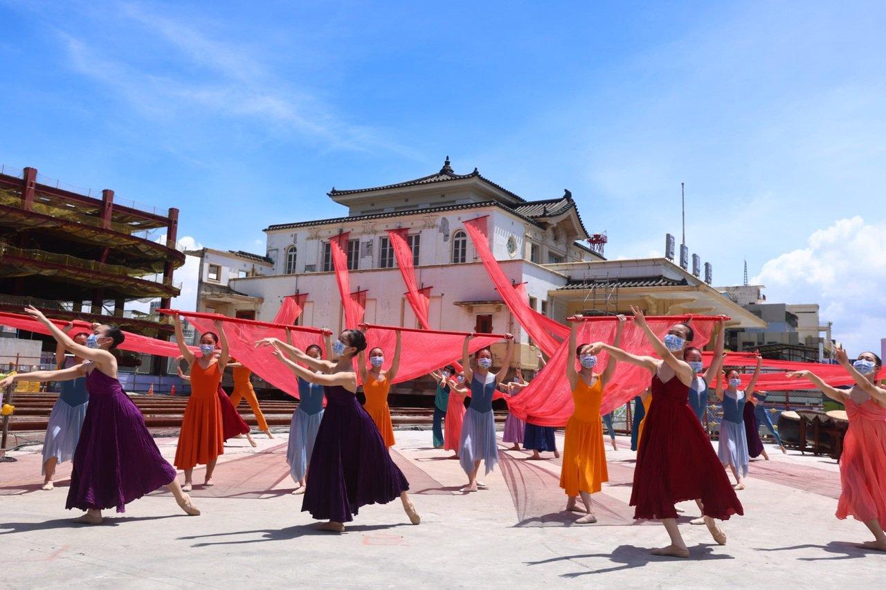 舞者在高雄願景館外跳舞,齊賀高雄車站將遷移回娘家。圖/高雄市政府提供