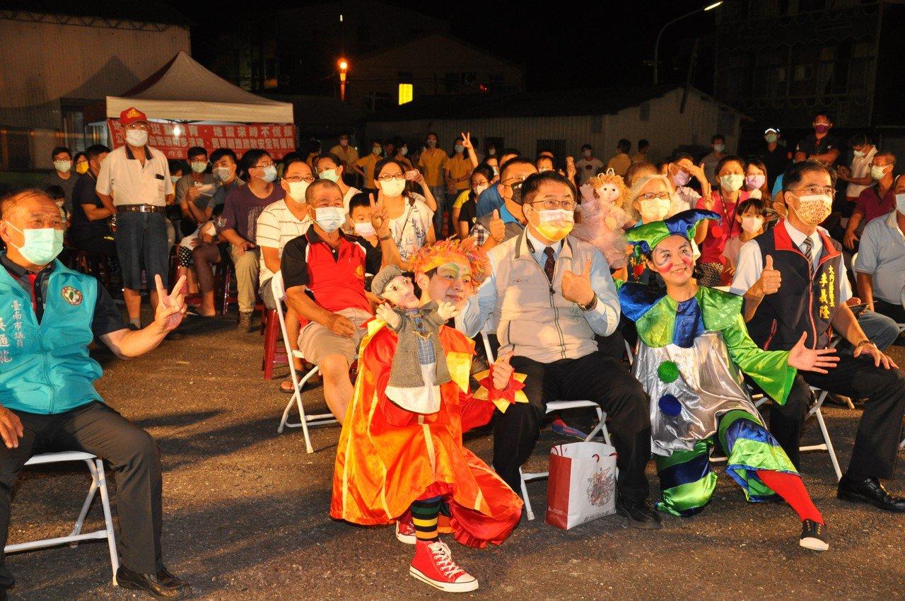 疫情降級台南推出走透透藝文演出,首場昨晚大內區登場,市長黃偉哲到場與民同樂。圖/大內區公所提供