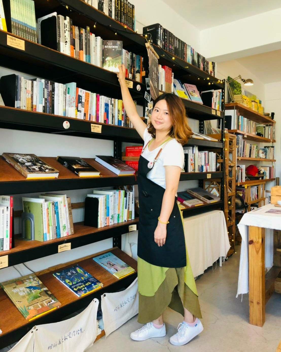恆春鎮紅氣球書屋是南屏東唯一的獨立書局,來自各地的打工換宿小幫手,也被店主人的熱情感動。圖/郭德慧提供
