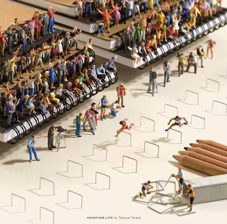 《Olympics Selection》筆記本成了跨欄比賽觀眾的席位。 圖片來源/@tanaka_tatsuya IG